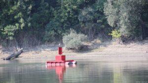 Navigationsboje am Ufer