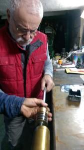 Haluk (grosser Chef) prüft Zylinder